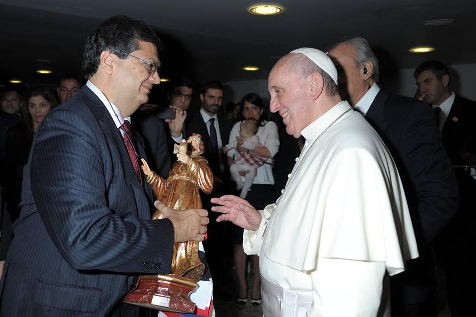 ESSE 'SANTO' QUER REZA De olho dos votos de católicos, até bandeira do Maranhão presidente da Embratur entregou ao Papa. Foto: Reprodução