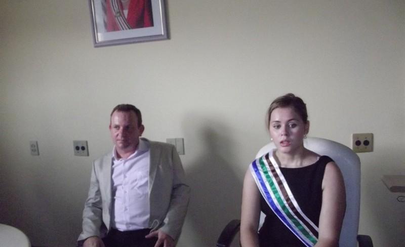A prefeita de Bom Jardim, Lidiane Rocha, sempre acompanhada em seu gabinete pelo esposo, que participa de tudo no município. Foto: Reprodução